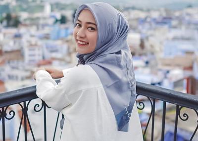 Hobi Traveling, Mega Iskanti Pilih Gaya Hijab Simpel Anti Ribet