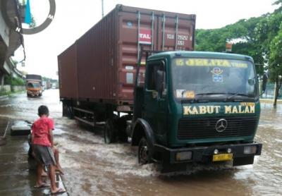 Banjir di Jalan Cakung Cilincing, Mobil Sedan Diimbau Tidak Melintas