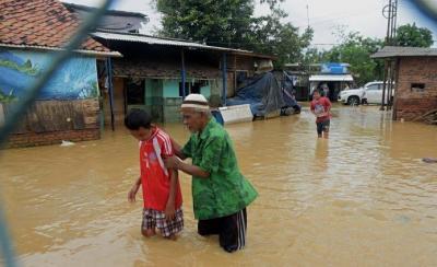 Banjir Gara-Gara Tanggul Sungai Citarum Jebol, Ratusan Warga Muaragembong Dievakuasi
