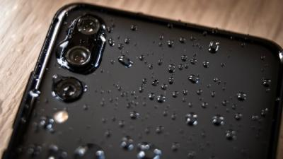 3 Cara Bikin Ponsel Aman Walau Terkena Air Hujan