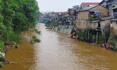 Bocah 10 Tahun Hanyut saat Asyik Berenang di Sungai Ciliwung