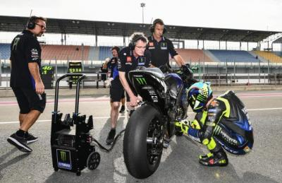 Rossi Ungkap Makna Ritual Jongkok Dekat Motor Sebelum Balapan