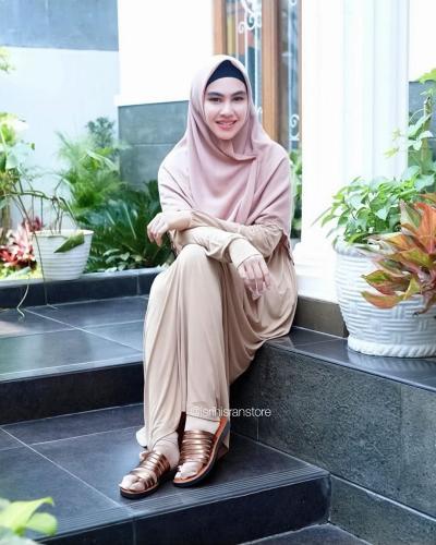Inspirasi Hijab Syar'i ala Kartika Putri, Modis dan Simpel