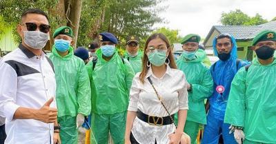 Mengungsi ke Maluku, Bella Shofie dan Suami Bantu Penyemprotan Disinfektan
