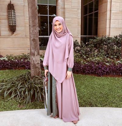 Terlihat Anggun, Ini Rekomendasi Gaya Hijab Ungu ala Selebgram