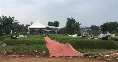 Jalur ke Makam Glenn Fredly Dipasang Karpet Merah