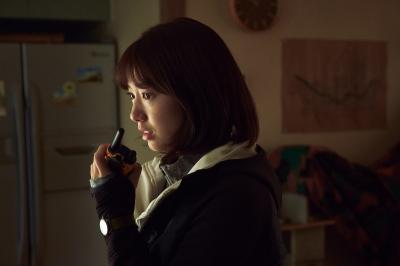 Aksi Park Shin Hye Bertahan dari Serangan Zombie dalam Alive