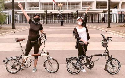 Asyiknya Cita Citata Gowes Santai di GBK Senayan, Sepedanya Keren