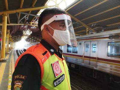PSBB Transisi, Petugas KRL Gunakan Face Shield Cegah Covid-19