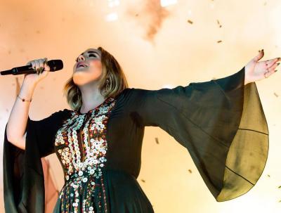 Adele Kembali Kenakan Kaftan yang Dipakainya saat Glastonburry 2016