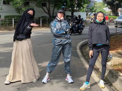 Outfit Lari Pagi Mulan Jameela Curi Perhatian, Netizen: Jas Hujan?