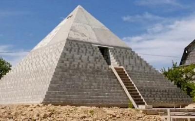 Gokil, Pasutri Ini Bangun Replika Piramida Mesir di Halaman Belakang Rumahnya