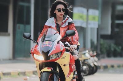4 Gaya Angela Lorenza Jadi Lady Bikers, Sangar nan Menggoda