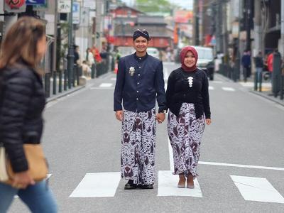 Netizen Soroti Kain Terbalik di Foto Prewedding Viral, Fotografer Buka Suara