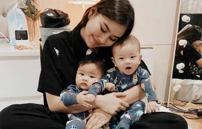 Biar Bayi Kembarnya Lahap Makan MPASI, Syahnaz Sadiqah Rela Joget Tiap Hari