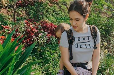6 Foto Cantik Mama Raisa Main ke Rumah Pohon Pribadi Bareng Baby Zalina