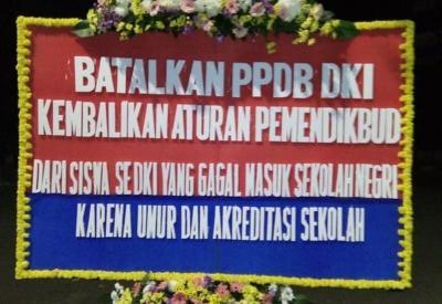 PPDB Jakarta, Viral Balai Kota Banjir Karangan Bunga dari Emak-Emak