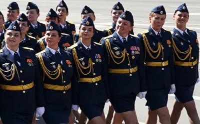 Viral Prajurit Perempuan Berjalan dengan Satu Sepatu Selama Parade