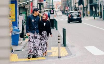 Foto Prewedding Baju Adat Jawa Tengah di Jepang, Kainnya Malah Terbalik