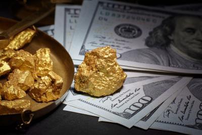 Harga Emas Dunia Melemah Imbas Investor 'Lari' ke Dolar AS