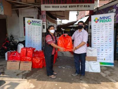 MNC Peduli Berdayakan UMKM Salurkan Bantuan Pangan ke Warga Kapuk Muara