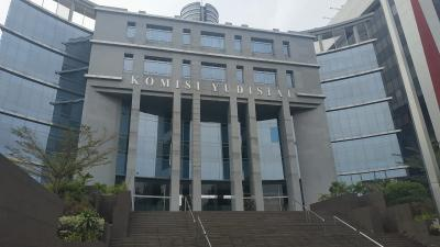 Sekjen Positif Covid-19, Gedung Komisi Yudisial Disemprot Disinfektan