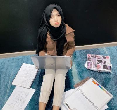 Outfit Simpel Hijaber Shirin Al Athrus saat Kuliah