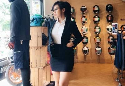 Imutnya Model Cantik Angela Lorenza Berjoged dengan Kaus Timnas