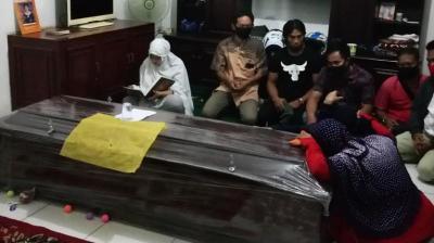Ketegaran Kekasih Almarhum Editor Metro TV, Setia Mengaji Tanpa Henti di Depan Peti Jenazah