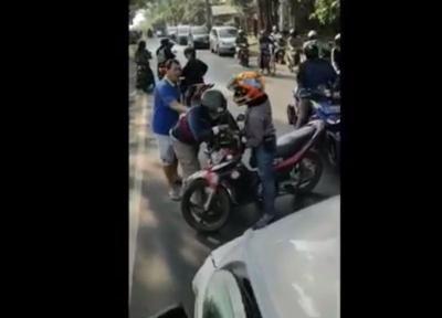 Viral Pemotor Mengamuk Hadang Ambulans yang Sedang Bawa Pasien di Depok