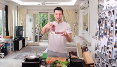 Suami Romantis, Christian Sugiono Masakin Titi Kamal Steak untuk Dinner
