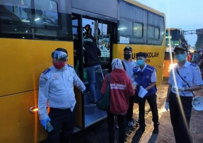 """Bus Bantuan di Stasiun Bogor """"Diserbu"""" Masyarakat, Antrean Mengular"""