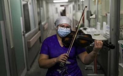 Perawat Rumah Sakit Ini Hibur Pasien Covid-19 dengan Bermain Biola Usai Kerja