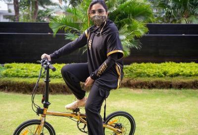 Gaya Ashanty Sepedaan bareng Arsy dan Arsya, Bikin Gemash