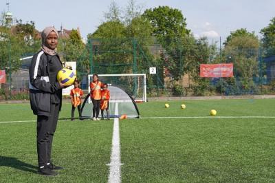 Mengenal Wasit Perempuan Muslim Pertama di Sepakbola Inggris