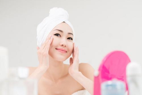 Matahari adalah salah satu alasan utama di balik penuaan dini pada kulit.
